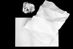 Klares Papier wird auf schwarzem Hintergrund lokalisiert stockbilder