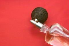 Klares Parfüm über Rot Lizenzfreie Stockfotografie