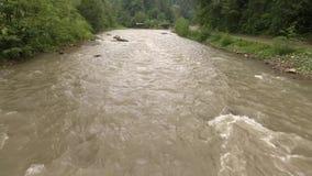 Klares reißender Fluss in den Bergen stock video footage