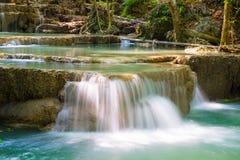 Klares schönes natürliches des Wasserfallflusses unten Lizenzfreie Stockfotografie
