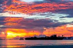 Klares Seetropischer Sonnenuntergang auf dem Hintergrundpier Lizenzfreie Stockfotos