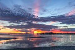 Klares Seetropischer Sonnenuntergang auf dem Hintergrundpier Lizenzfreie Stockfotografie