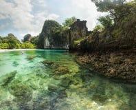 Klares Smaragdwasser, Felsen sichtbar am Meeresgrund Hong Islands b lizenzfreie stockbilder