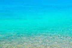 Klares transparentes Meerwasser, hellblaue Schatten, Sommerstrand Stockfotos
