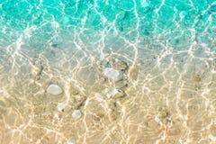 Klares transparentes Meerwasser mit Sand und kleinen Steinen Stockfoto