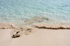Klares transparentes Meerwasser Nat?rlicher Marinehintergrund Blaue Ozeantapete, Seewelle am Sonnenscheintag Crystal Clear stockfotografie