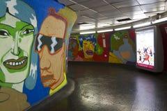 Klares Wandgemälde in der Rom-Metrostation Stockfotografie