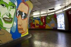 Klares Wandgemälde durch französischen Straßenkünstler Popay, im Korridor der Rom-Metrostation Stockbild