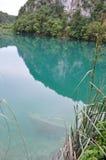 Klares Wasser des Türkises mit sank Boot an der Unterseite Stockbilder