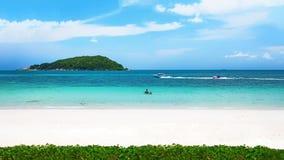 Klares Wasser und blauer Himmel auf tropischem sandigem Strand am Sommer sonnig lizenzfreies stockbild