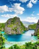 Klares Wasser und blauer Himmel. Philippinen. lizenzfreies stockfoto