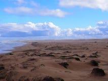 Klares Wasser und ein endloser sandiger Strand im Hafen Stephens Birubi Beach Stockfotografie