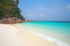 Klares Wasser und weißer Sand in Similan-Insel Stockfoto