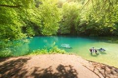 Klares Wasser von Gouffre Saint Sauveur in Frankreich während des Sommers Stockfotos