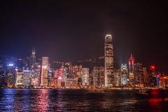 Klargjorde Hong Kong Skyline från Tsimen Sha Tsui Promenade under natten arkivfoton
