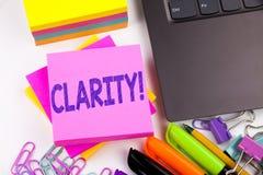 Klarhet för handstiltextvisning som göras i kontoret med omgivning liksom bärbara datorn, markör, penna Affärsidé för klarhet Mes arkivbilder