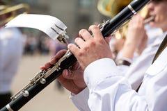 Klarinettspelare i armémusikband Arkivfoton