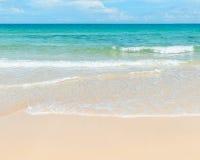 Klart azurt hav och sandig strand Royaltyfria Foton