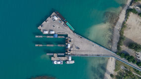 Klart blått hav av Koh Phangan internationell port från bästa sikt Royaltyfria Bilder