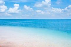 Klart blått hav med härlig himmel Arkivbild