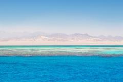 Klart blått Röda havet med korall- och sandremsan, Egypten Arkivfoton