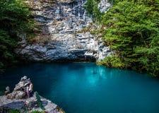 Klart blått vatten i bergen arkivbilder