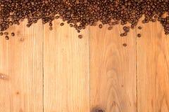 klart bruk för bakgrundskaffe Överhopa grillade kaffebönor fördelar över på tabl Royaltyfria Bilder