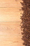 klart bruk för bakgrundskaffe Överhopa grillade kaffebönor fördelar över på tabl Arkivbilder