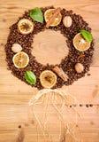 klart bruk för bakgrundskaffe Överhopa grillade kaffebönor i form av kransen Arkivfoto