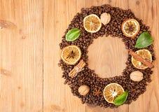 klart bruk för bakgrundskaffe Överhopa grillade kaffebönor i form av kransen Royaltyfri Bild