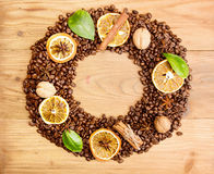 klart bruk för bakgrundskaffe Överhopa grillade kaffebönor i form av kransen Royaltyfria Bilder