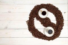klart bruk för bakgrundskaffe Överhopa grillade kaffebönor i form av Yin Yan Arkivbild