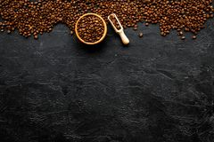 klart bruk för bakgrundskaffe Grillade bönor i bunke och skopa på svart copyspace för bästa sikt för tabell Arkivbild