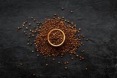 klart bruk för bakgrundskaffe Grillade bönor i bunke på svart bästa sikt för tabell Royaltyfria Bilder