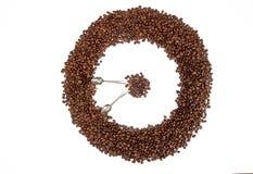 klart bruk för bakgrundskaffe Högkaffebönor i form av cirkeln tar tid på Arkivbilder