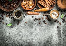 klart bruk för bakgrundskaffe Kaffe i kalkon med kristaller av socker-, kanel- och jordningskaffe Arkivfoto