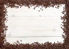 klart bruk för bakgrundskaffe Kaffebönor fördelade på tabellen på fyra sidor Royaltyfri Fotografi