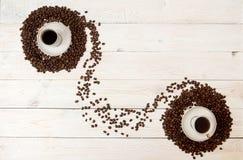 klart bruk för bakgrundskaffe Kaffebönor i cirkel formar med koppen av coff Royaltyfria Foton