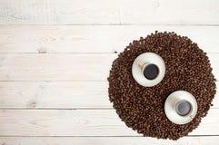 klart bruk för bakgrundskaffe Kaffebönor i cirkel formar med koppen av coff Fotografering för Bildbyråer