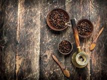 klart bruk för bakgrundskaffe Nytt bryggat kaffe med korn i en bunke Royaltyfria Foton