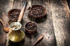 klart bruk för bakgrundskaffe Nytt bryggat kaffe med korn i en bunke Royaltyfri Foto