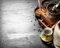 klart bruk för bakgrundskaffe Nytt kaffe i en turk med en handmolar Royaltyfria Bilder