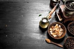 klart bruk för bakgrundskaffe Nytt kaffe med sockerkristaller och kaffebönor Arkivbilder