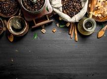 klart bruk för bakgrundskaffe Nytt kaffe med sockerkristaller och kaffebönor Royaltyfri Foto