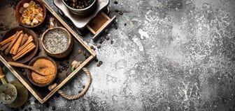 klart bruk för bakgrundskaffe Svetsat kaffe i en turk med socker-, kanel- och kaffebönor Royaltyfri Bild
