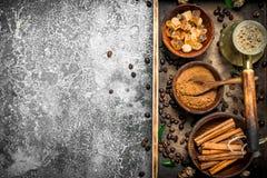 klart bruk för bakgrundskaffe Svetsat kaffe i en turk med socker-, kanel- och kaffebönor Royaltyfria Bilder