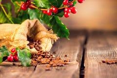 klart bruk för bakgrundskaffe Verklig kaffeväxt på trätabellen Arkivfoto