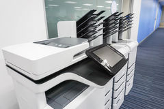Klart för kontorsskrivaraktivering för printingaffärsdokument Arkivbild