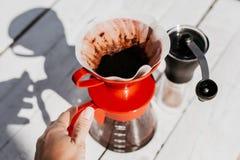 Klart filterkaffe Enkel uppsättning för att brygga för handbok royaltyfri bild