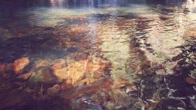 Klart flodvatten med vaggar Arkivfoton